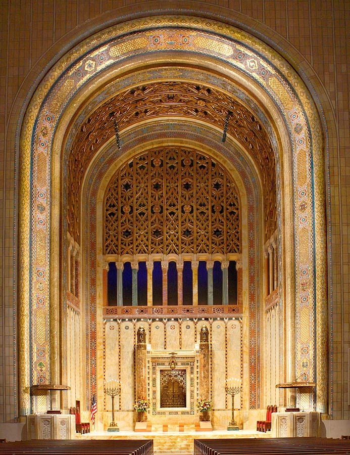 Eight-story-high arch in main sanctuary with Ark on eastern wall